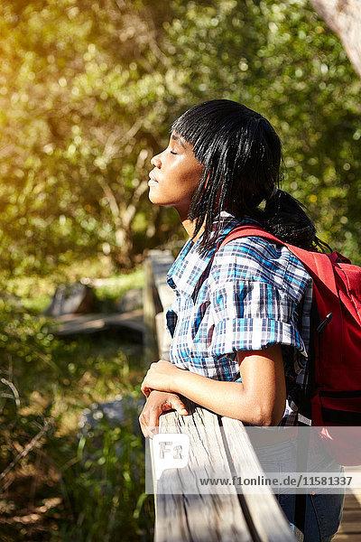 Junge Frau  wandernd  auf Brücke stehend  Augen geschlossen  Kapstadt  Südafrika