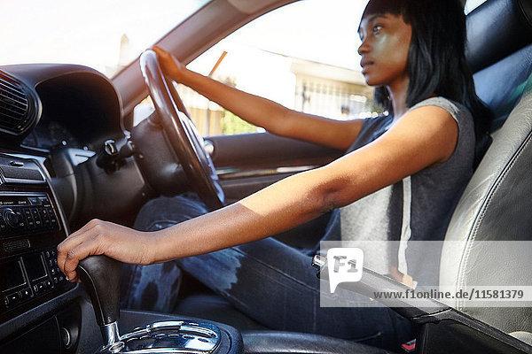 Junge Frau beim Autofahren  niedriger Blickwinkel