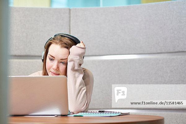 Universitätsstudent arbeitet in einem modernen Sitzbereich