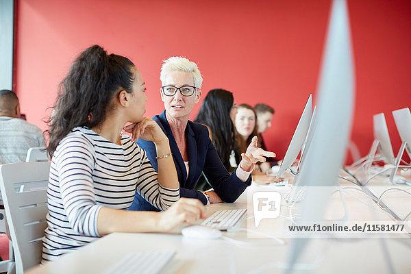Universitätsstudenten  die im Unterricht am Computer arbeiten