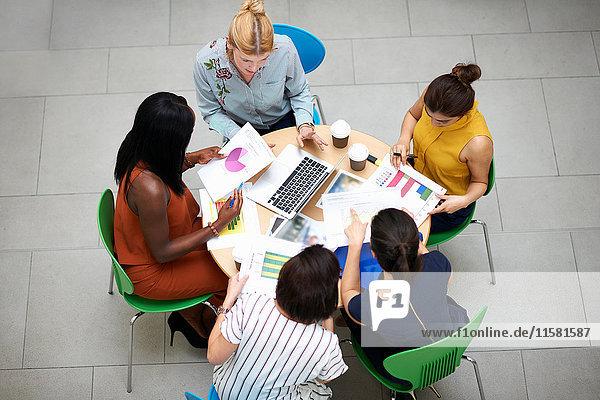 Schrägansicht von Geschäftsfrauen  die in einer Sitzung am Tisch sitzen