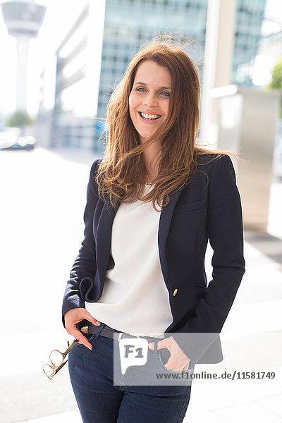 Porträt einer Geschäftsfrau vor dem Flughafen