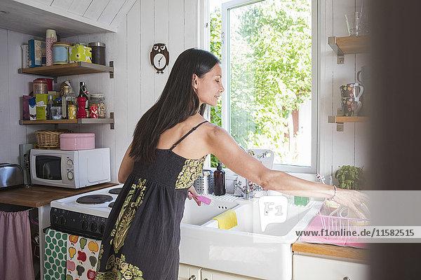 Frau  die zu Hause in der Küche arbeitet