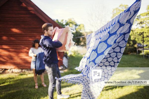 Defokussiertes Bild von Freunden beim Wäschetrocknen im Hinterhof