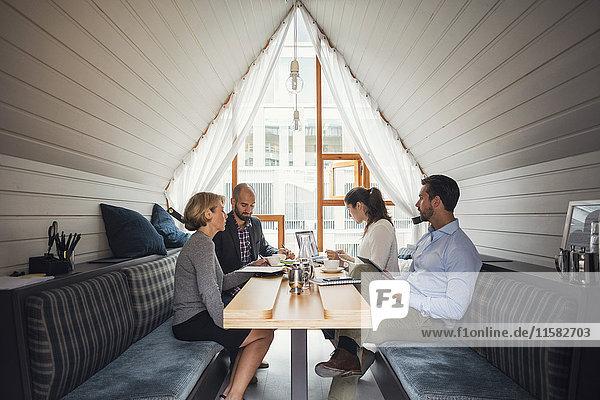 Geschäftsleute diskutieren im Meeting am Tisch