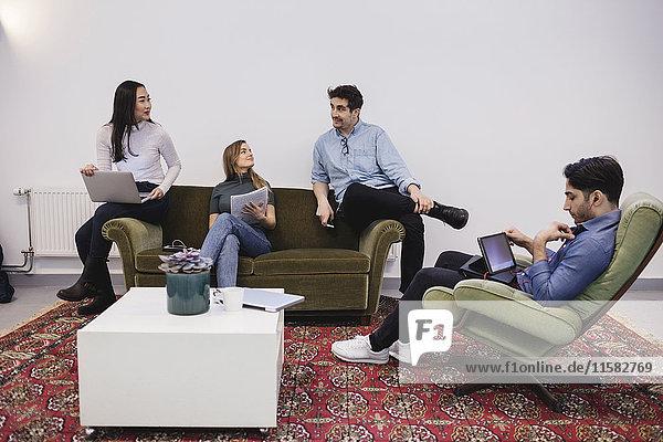Kreative Unternehmer diskutieren im Büro