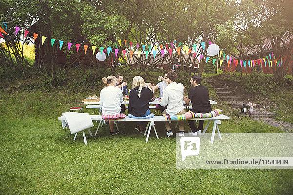 Freunde beim Gartenfest im Hinterhof