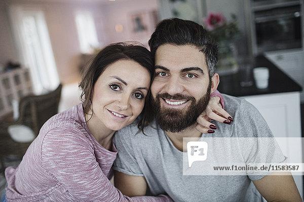 Porträt des glücklichen mittleren Erwachsenenpaares zu Hause