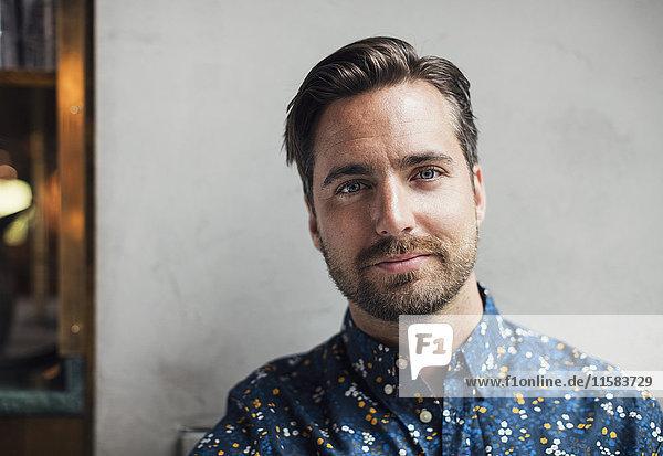 Portrait eines selbstbewussten mittelständischen Unternehmers im Restaurant