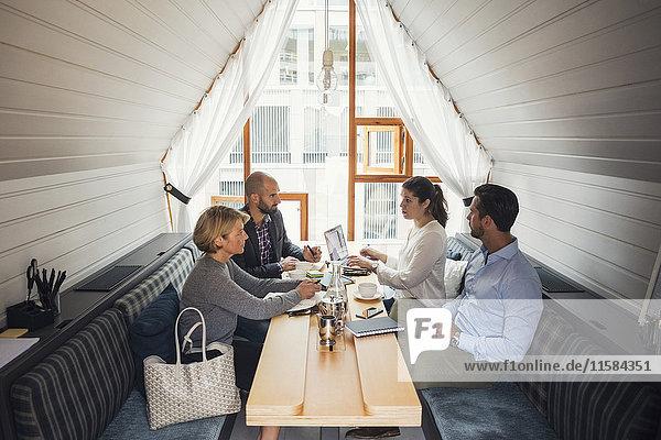 Geschäftsleute diskutieren am Tisch im Büro