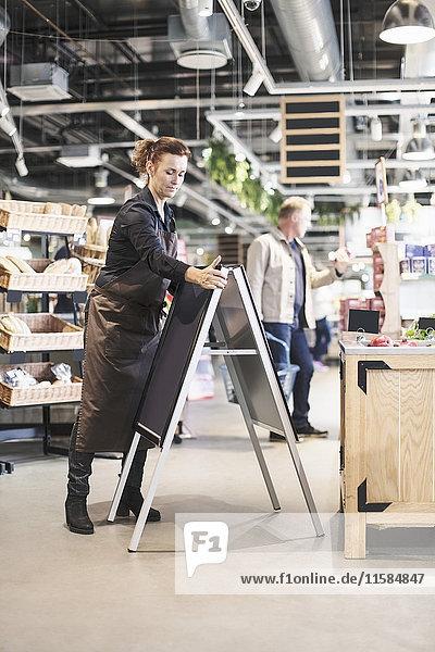 Besitzer der Tafel beim Einkaufen im Supermarkt
