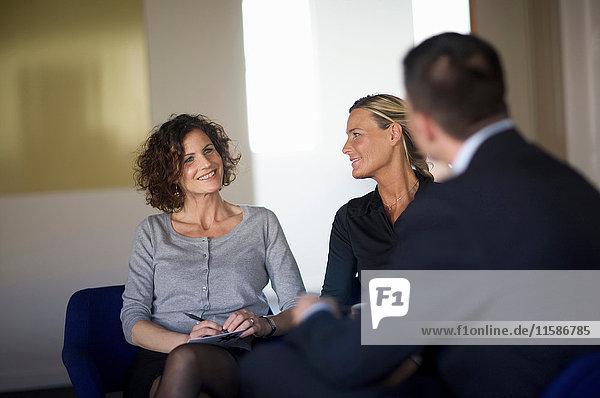 Geschäftsmann und Geschäftsfrauen lächeln