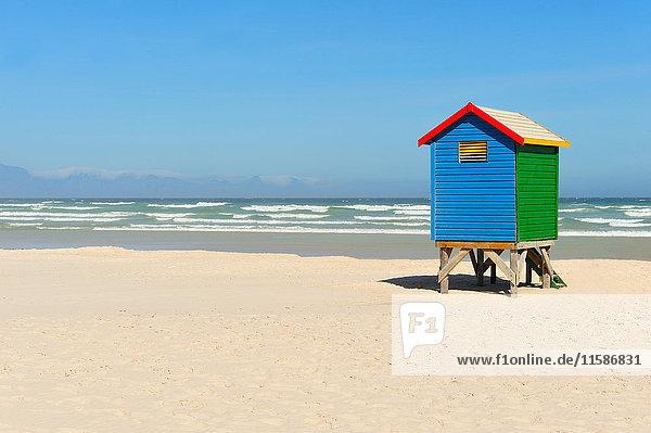 Bunte Strandhütte am Strand