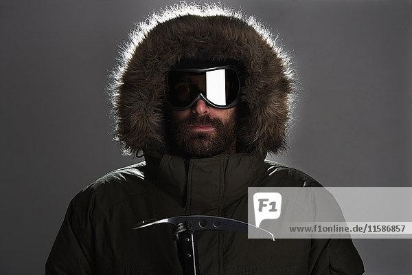 Mann mit Schutzbrille und Pelzkapuze Mann mit Schutzbrille und Pelzkapuze