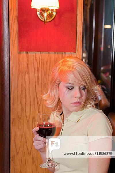junge Frau im Club  weinend
