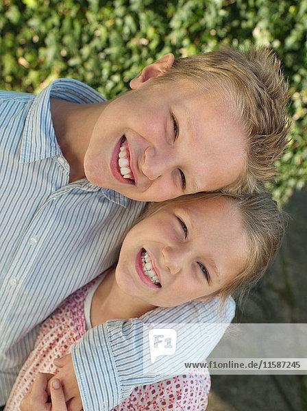 Lächelnde Brüder und Schwestern  Porträt
