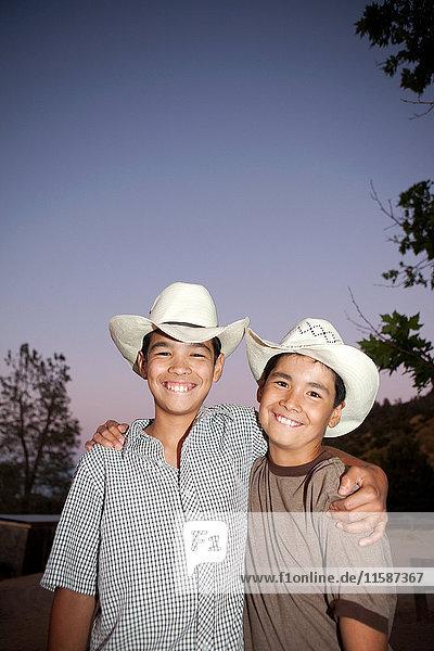 Brüder mit Cowboyhüten und Lächeln  Porträt