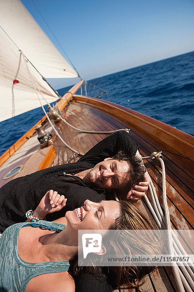 Paar  das sich auf einem Boot umarmt