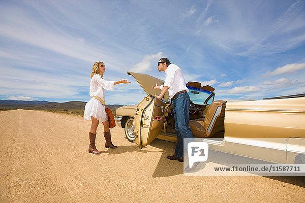 Ehepaar mit Autopanne in der Wüste