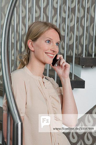 Lächelnde Frau beim Telefonieren