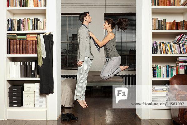 Paar  das springt und sich anzieht
