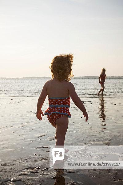 Zwei Mädchen beim Spaziergang am Meer