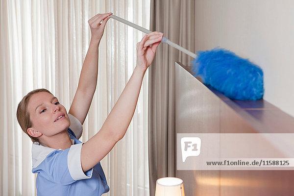 Zimmermädchen Reinigungsraum mit Staubwedel