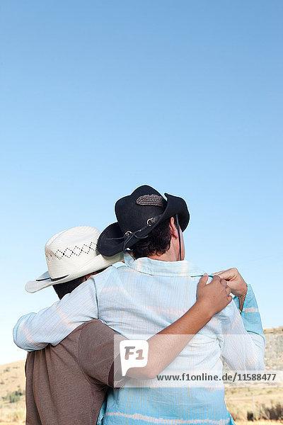 Mutter und Sohn in Cowboyhüten beim Anblick