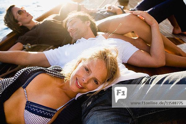 zwei Paare entspannen sich an Deck