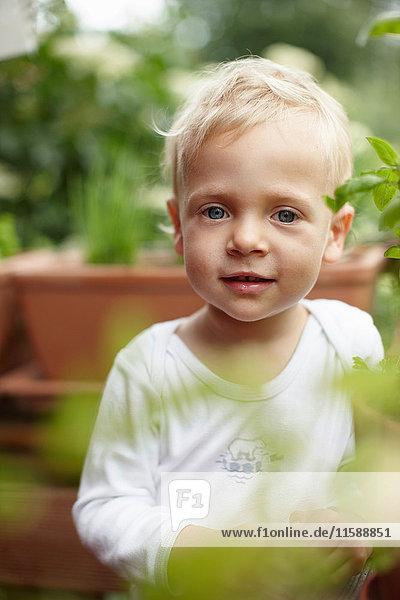 Kleinkind lächelnd im Hinterhof