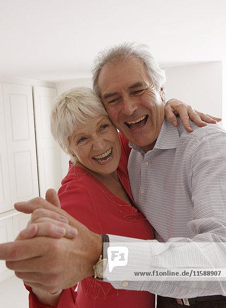 Seniorenpaar tanzend und lachend