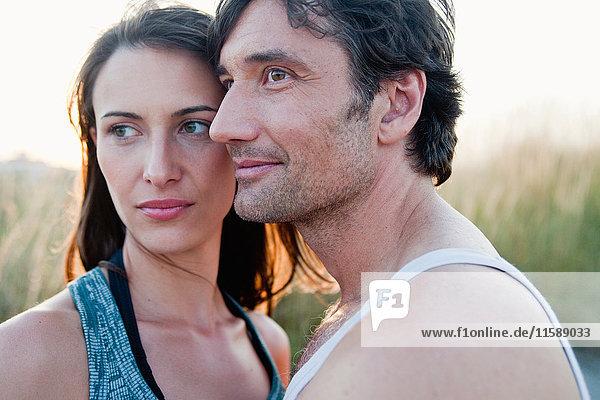 Paar  das sich am Strand umarmt