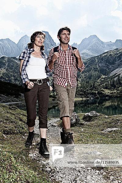 Wandern zu zweit in felsigen Bergen