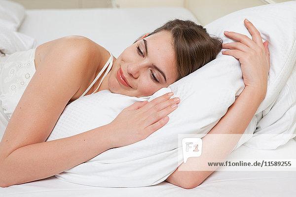 Frau im Bett  lachend