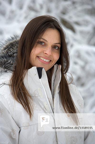 Weibliche durch schneebedeckte Bäume. Weibliche durch schneebedeckte Bäume.