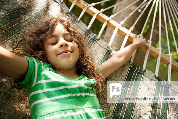 Junges Mädchen auf Hängematte liegend