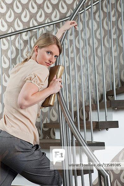 Frau schaut auf Stufen über ihre Schulter