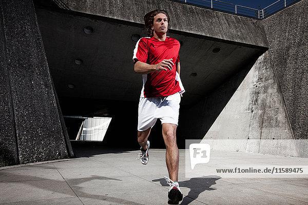 Mann rennt auf Stadtstraße
