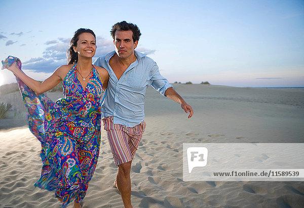 Liebespaar läuft am Strand