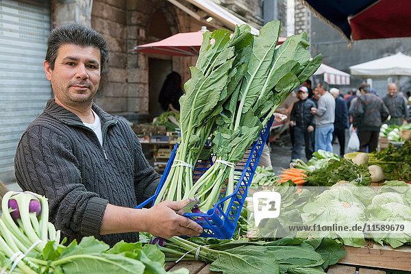 Obstverkäufer auf dem Markt