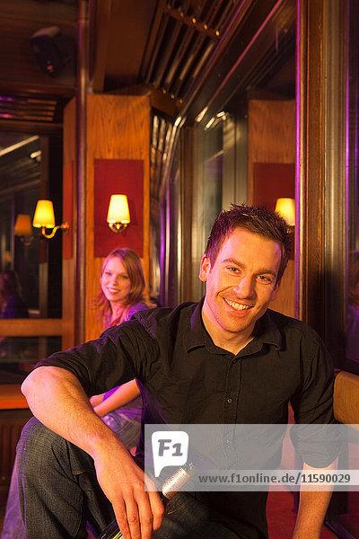 junger Mann im Nachtclub  lachend