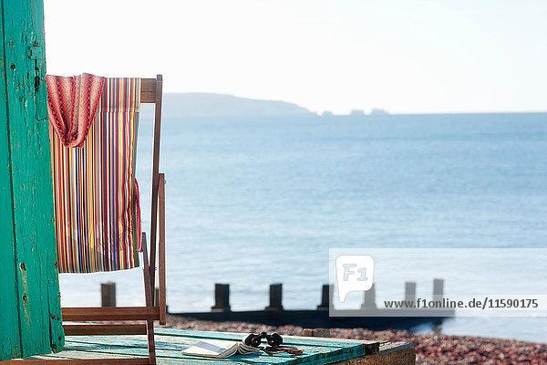 Leerer Liegestuhl am Strand