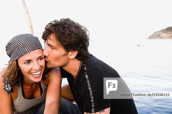 sich küssendes Paar an Deck