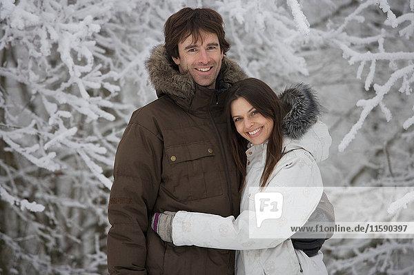 Paar durch schneebedeckte Bäume. Paar durch schneebedeckte Bäume.