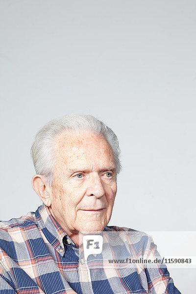 Älterer Mann schaut weg,  Studioaufnahme