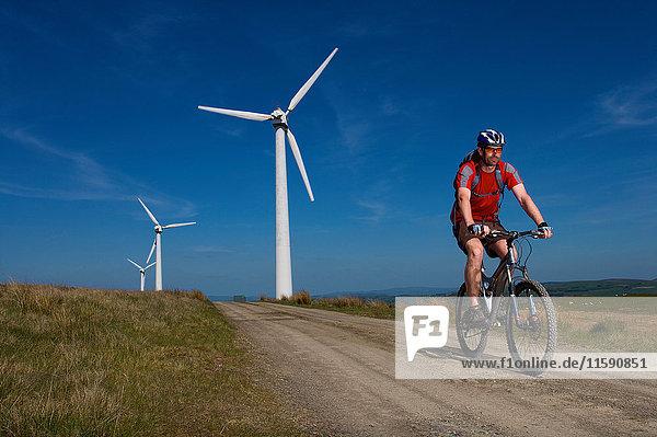 Mountainbiker bei einem Windpark. Mountainbiker bei einem Windpark.