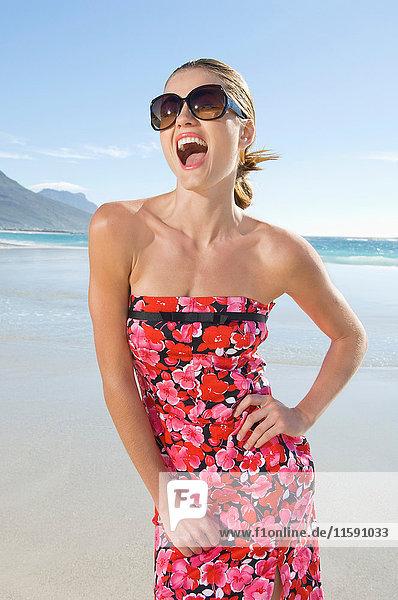 Eine lächelnde Frau mit Sonnenbrille