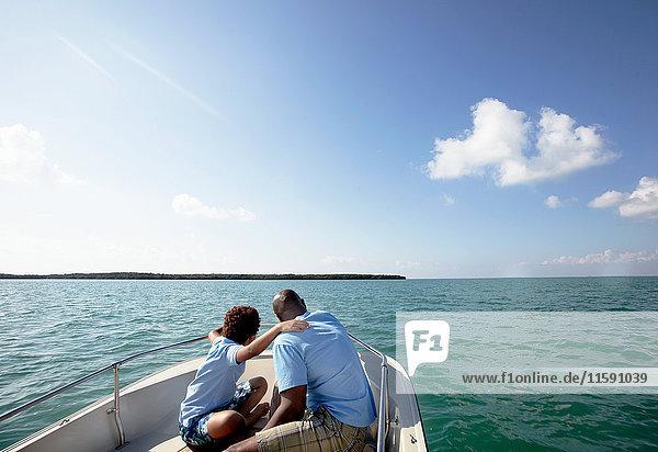 Vater und Sohn schauen sich die Aussicht vom Motorboot aus an