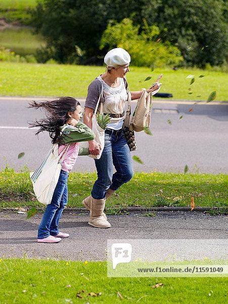 Mutter und Tochter gehen im Wind