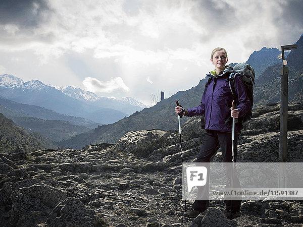 Wanderer wandert auf felsiger Landschaft